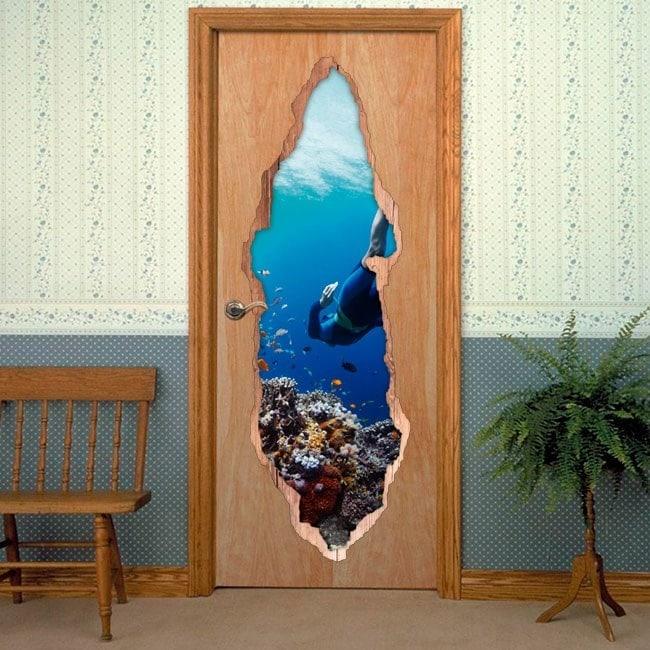 Plongeur porte vinyle dans la mer
