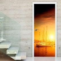 Coucher du soleil de portes de vinyle sur le port