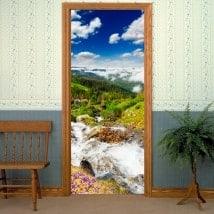 Vinyle pour les portes ruisseau dans les montagnes